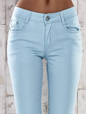 Turkusowe spodnie skinny jeans z dżetami                                  zdj.                                  4