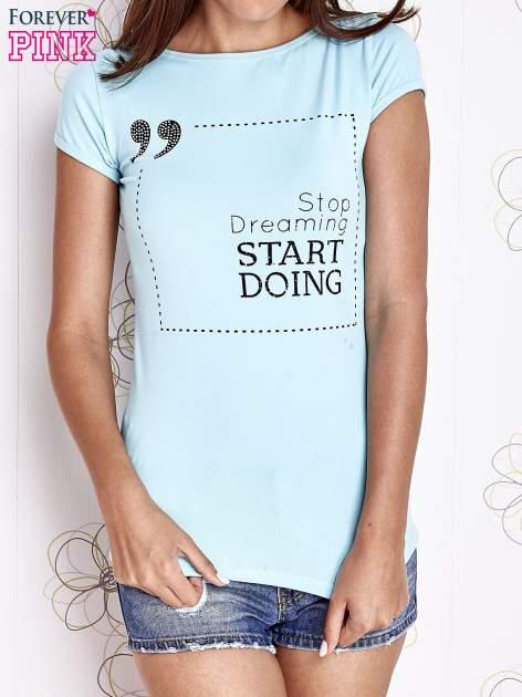 Turkusowy t-shirt z napisem STOP DREAMING START DOING