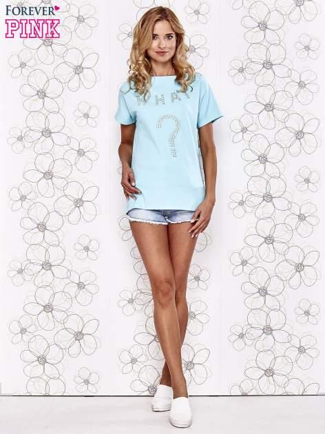 Turkusowy t-shirt z napisem i trójkątnym wycięciem na plecach                                  zdj.                                  2