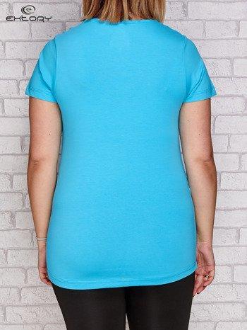 Turkusowy t-shirt z trójkątnym dekoltem PLUS SIZE