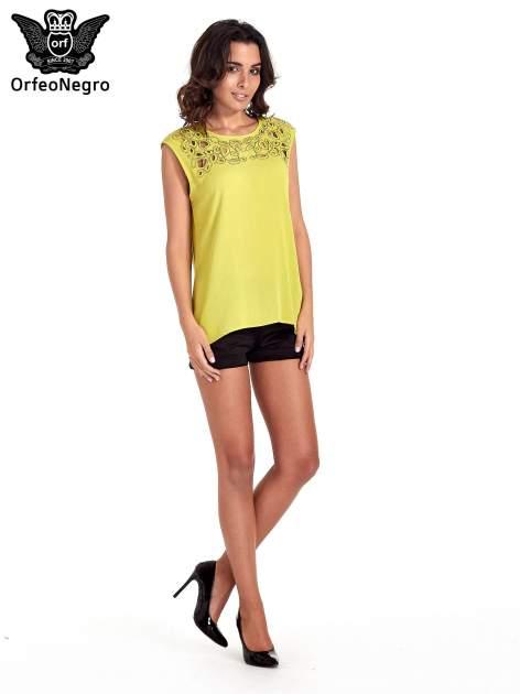 Zielona bluzka koszulowa z ozdobnym dekoltem z wycięciami                                  zdj.                                  5