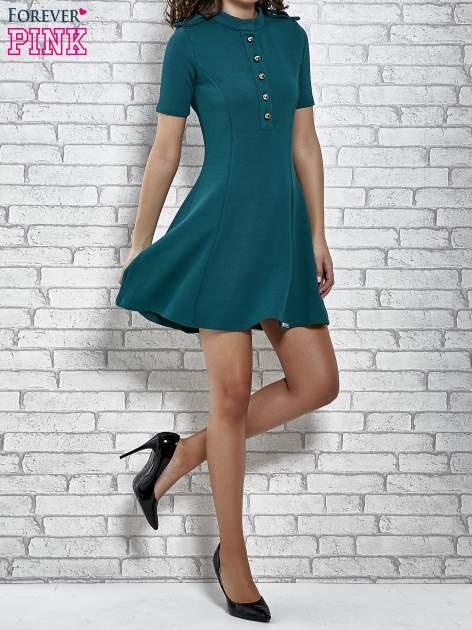 Zielona rozkloszowana sukienka ze złotymi guzikami                                  zdj.                                  2