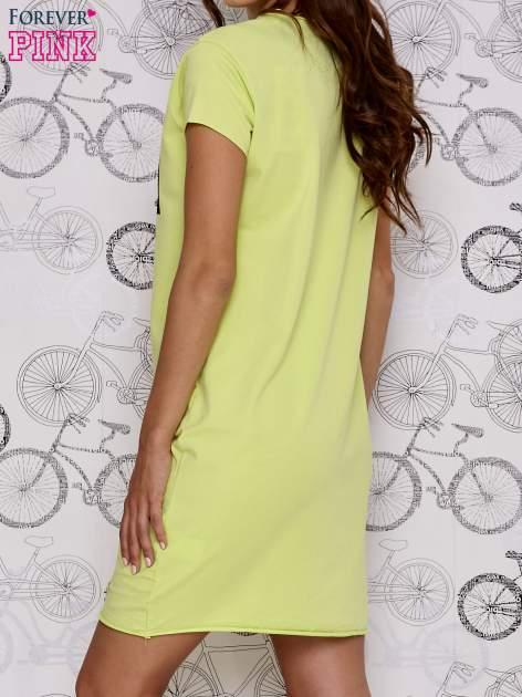 Zielona sukienka dresowa ze złotym napisem TOUCH                                  zdj.                                  4