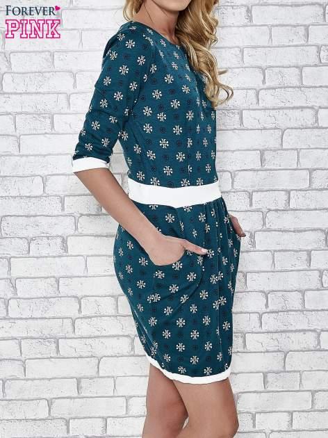 Zielona sukienka we wzory z podkreśloną talią                                  zdj.                                  3