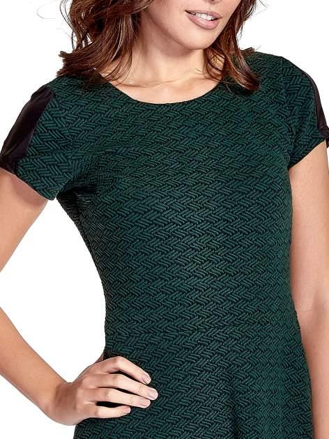 Zielona sukienka z czarną falbaną                                  zdj.                                  7