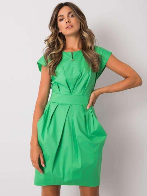 Zielona sukienka z paskiem Raelyn RUE PARIS