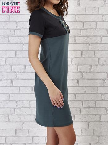 Zielona sukienka ze złotymi guzikami                                  zdj.                                  3