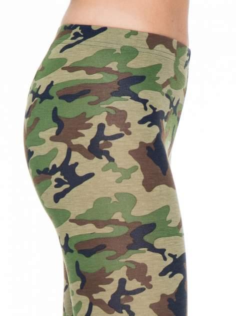 Zielone legginsy we wzór moro                                  zdj.                                  5