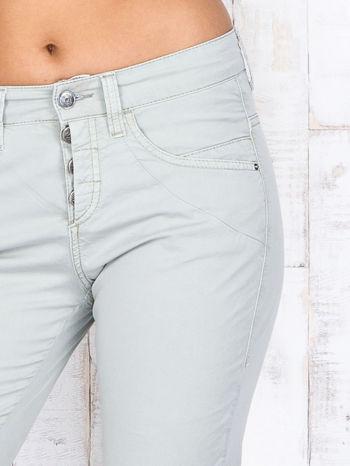 Zielone materiałowe spodnie regular na guziki                                  zdj.                                  4