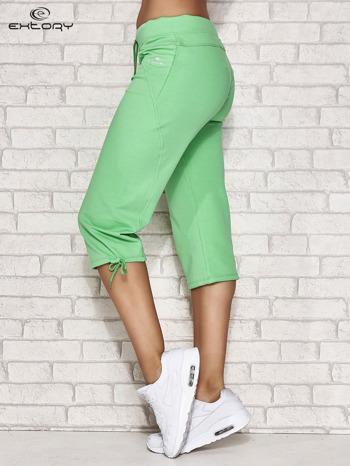 Zielone spodnie dresowe capri z kieszonką                                  zdj.                                  3