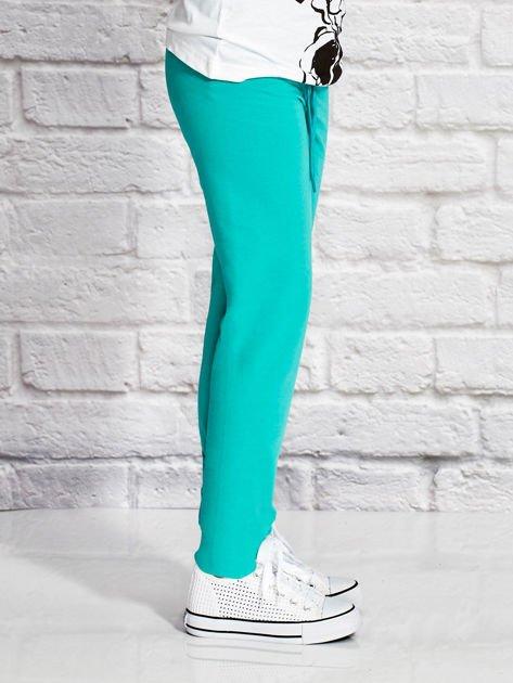 Zielone spodnie dresowe dla dziewczynki z nadrukiem kota                                  zdj.                                  3