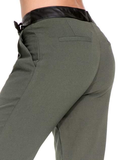 Zielone spodnie materiałowe ze skórzanym pasem                                  zdj.                                  7