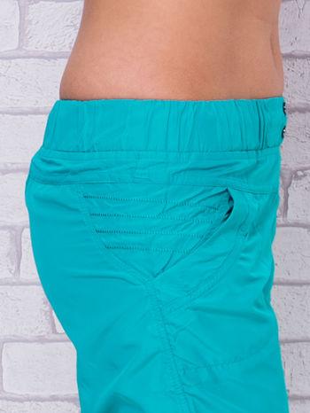 Zielone spodnie sportowe capri z guzikami                                  zdj.                                  5