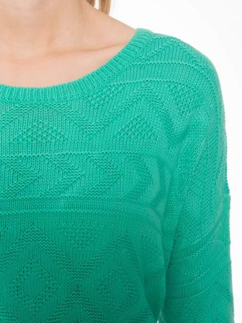 Zielony sweter w azteckie wzory z frędzlami na dole                                  zdj.                                  5
