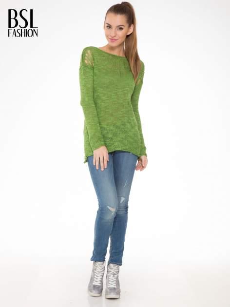 Zielony sweter z oczkami przy ramionach                                  zdj.                                  2