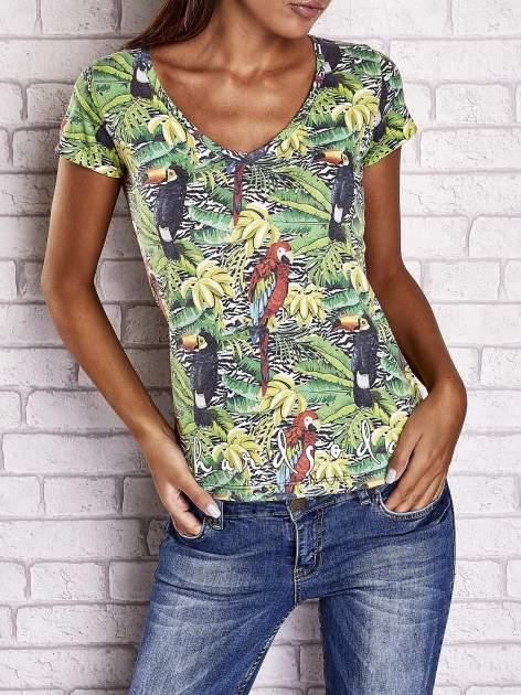 Zielony t-shirt z ptakami i egzotycznym nadrukiem dżungli