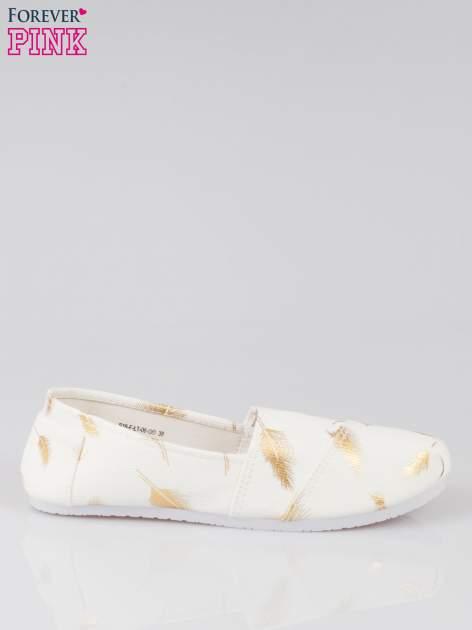 Złote buty slipon w piórka