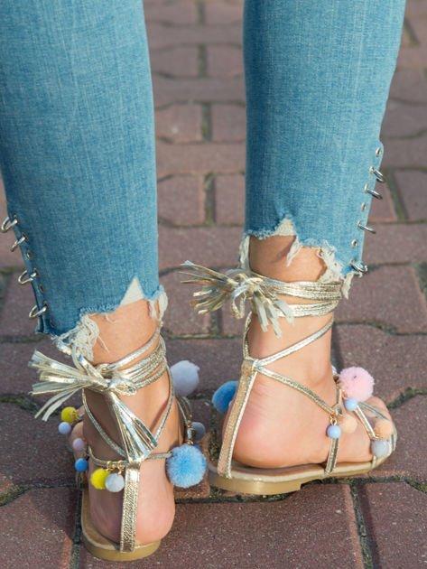Złote sandały z kolorowymi pomponikami wiązane wokół kostki rzemykiem z ozdobnym chwostem                              zdj.                              5