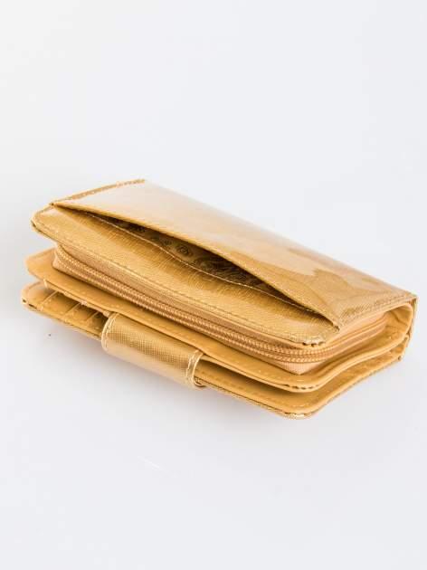 Złoty portfel ze złotym zapięciem efekt skóry saffiano                                  zdj.                                  5