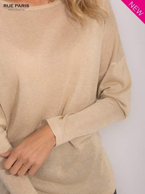 Złoty sweter z opuszczonymi rękawami przeplatany metalizowaną nicią                                  zdj.                                  6
