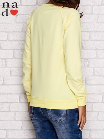 Żółta bluza z nadrukiem misia i napisem NICE                                  zdj.                                  4