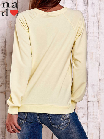 Żółta bluza z nadrukiem szpilek                                  zdj.                                  4