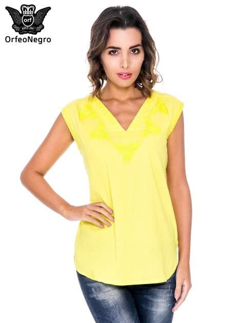 Żółta bluzka koszulowa z haftowanym dekoltem V-neck