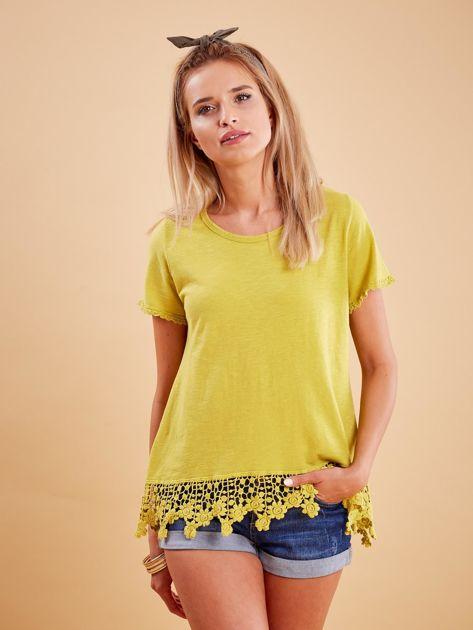 Żółta bluzka z koronkowym wykończeniem                              zdj.                              1