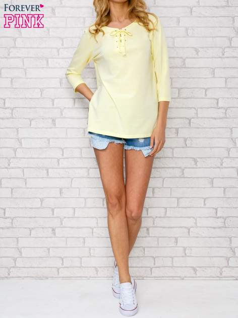 Żółta bluzka ze sznurowanym dekoltem                                  zdj.                                  2