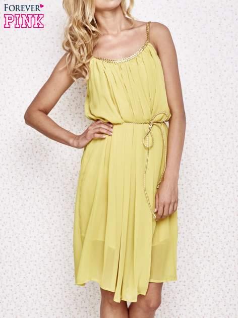 Żółta grecka sukienka ze złotym paskiem