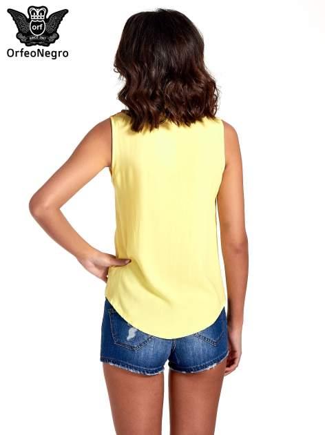 Żółta koszula bez rękawów z roślinnym haftem na górze                                  zdj.                                  4