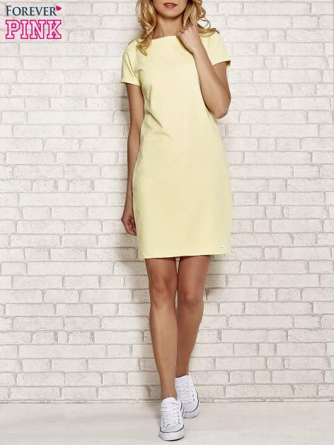Żółta sukienka dresowa o prostym kroju                                  zdj.                                  2