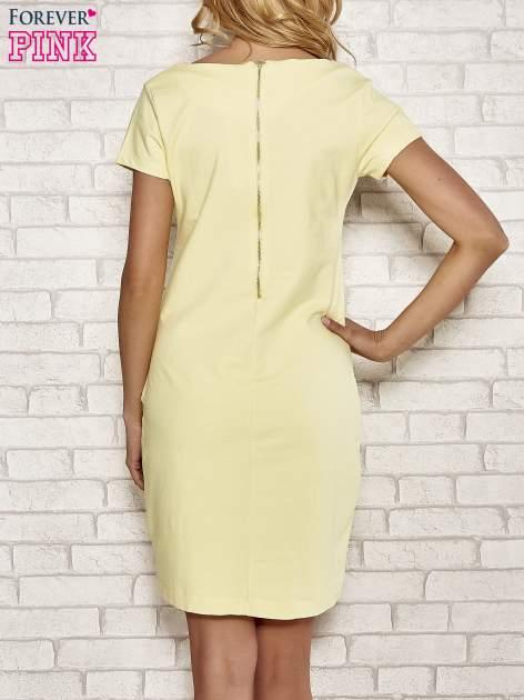 Żółta sukienka dresowa o prostym kroju                                  zdj.                                  4