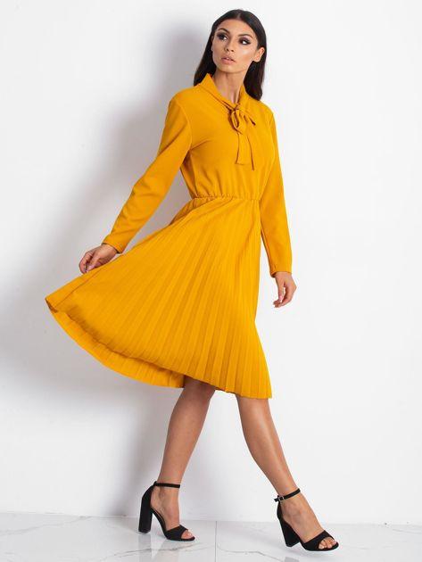 Żółta sukienka z plisami                              zdj.                              4