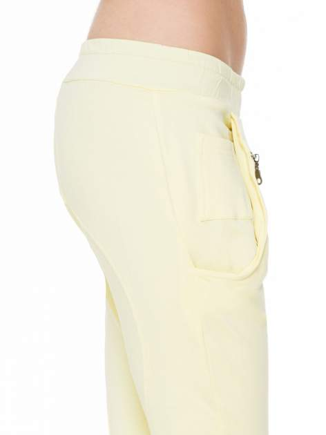 Żółte spodnie dresowe typu baggy z naszywkami                                  zdj.                                  6