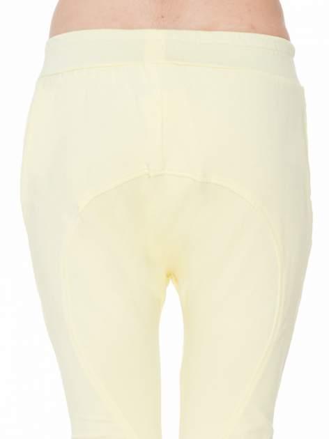 Żółte spodnie dresowe typu baggy z naszywkami                                  zdj.                                  7