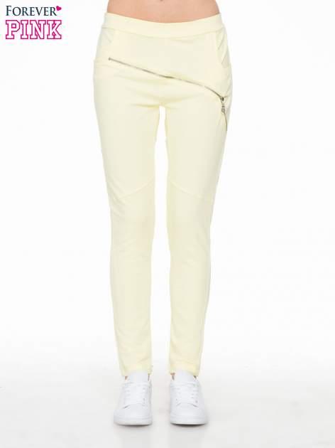 Żółte spodnie dresowe typu baggy z suwakiem