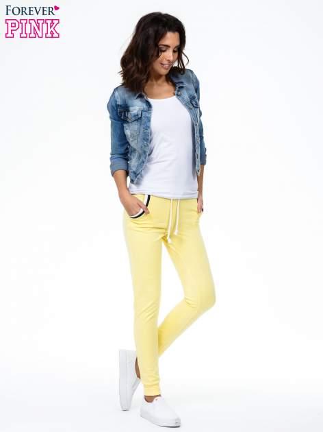 Żółte spodnie z kolorowym akcentem przy kieszeniach