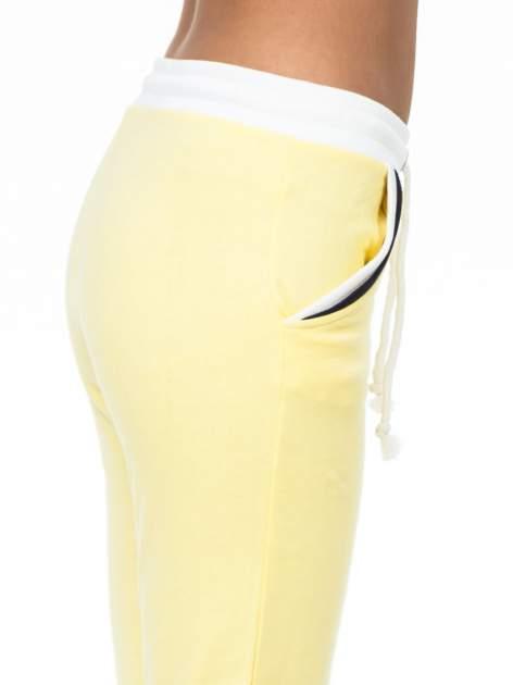 Żółte spodnie z kolorowym akcentem przy kieszeniach                                  zdj.                                  4
