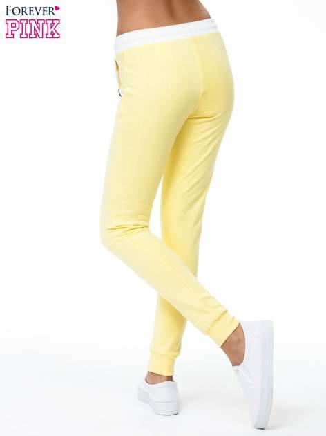 Żółte spodnie z kolorowym akcentem przy kieszeniach                                  zdj.                                  3