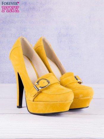 Żółte zamszowe szpilki na koturnach z ozdobną sprzączką faux suede
