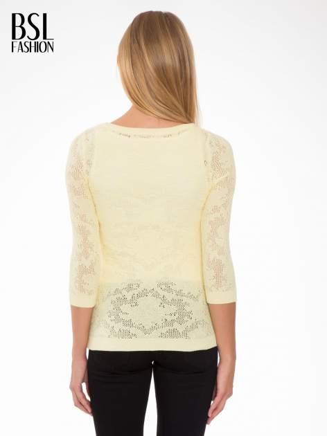 Żółty ażurowy sweter z rękawami 3/4                                  zdj.                                  4