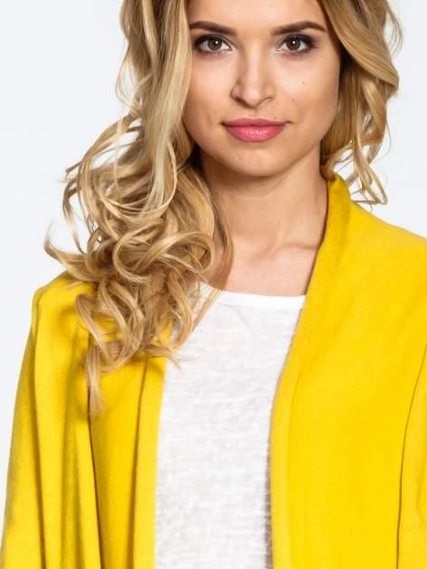 Żółty otwarty sweter narzutka z dłuższym tyłem                                  zdj.                                  5