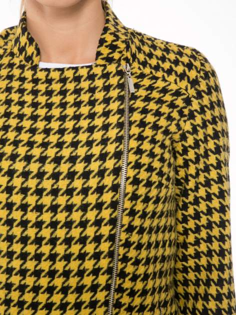 Żółty płaszcz ze skośnym suwakiem we wzór w pepitkę                                  zdj.                                  5