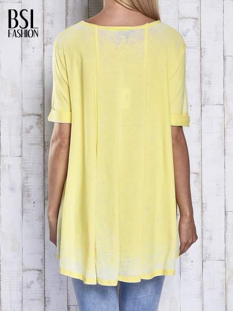 Żółty t-shirt acid wash z szerokim asymetrycznym dołem                                  zdj.                                  5