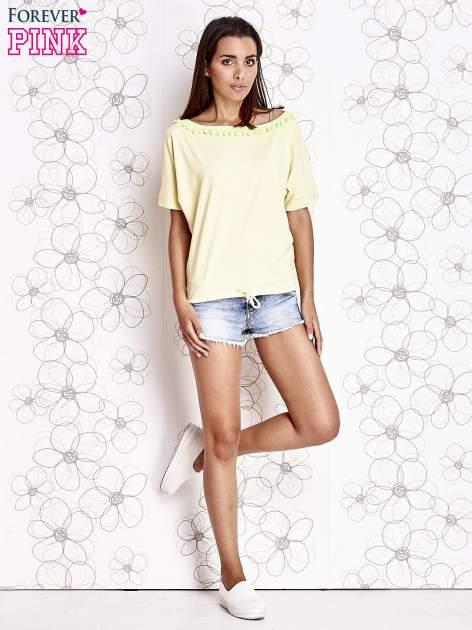 Żółty t-shirt z kolorowymi pomponikami przy dekolcie                                  zdj.                                  2
