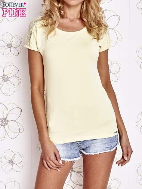 Żółty t-shirt z koronkowym wykończeniem rękawów                                  zdj.                                  1