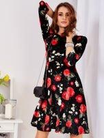 Aksamitna czarna sukienka w kontrastowe kwiaty                                  zdj.                                  6