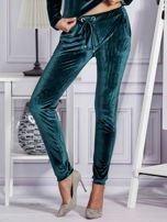 Aksamitne spodnie dresowe ciemnozielone                                  zdj.                                  1