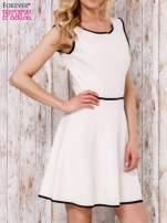 Beżowa sukienka skater z satynową lamówką                                  zdj.                                  3